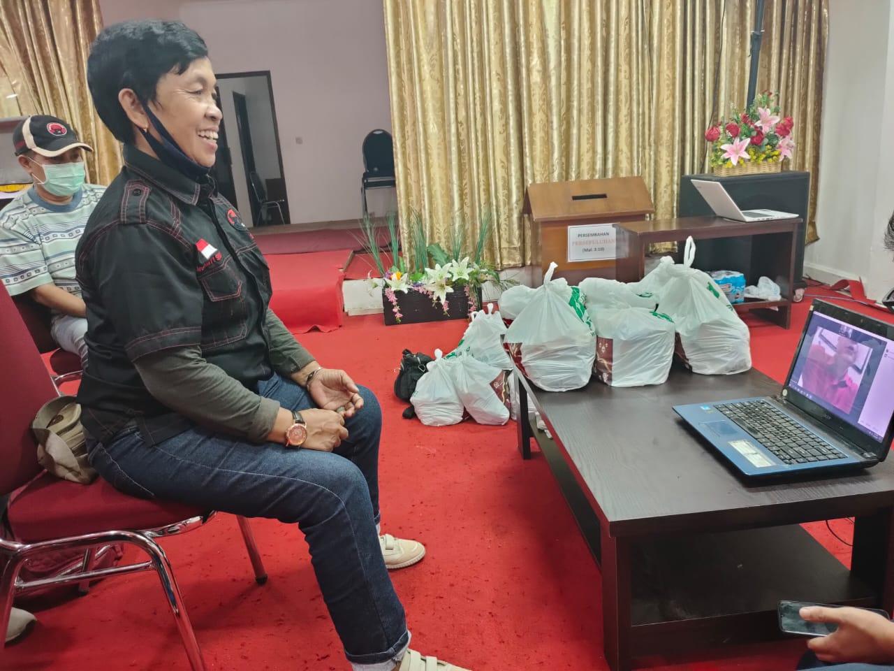 Putra Nababan Bagikan Paket Sembako untuk Tim Kesehatan Jaktim