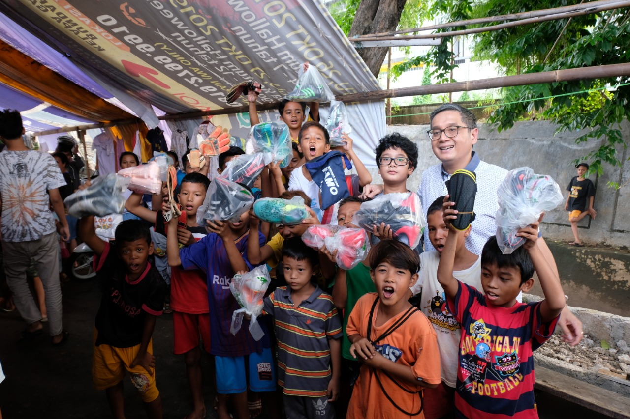 Menyalurkan Sepatu Bola untuk Anak-Anak Kurang Mampu