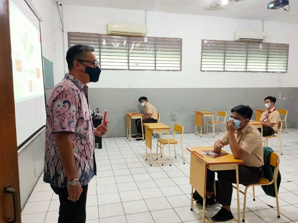 Uji Coba Perdana PTM, Putra Nababan Sidak Sekolah di Jaktim